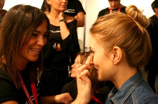 Maite Tuset maquillando a la modelo Alba Carrillo