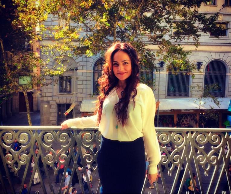 Yo misma posando en el balcón que da al Portal de l'Àngel, Barcelona. Llevo blusa blanca de Sandro Paris y falda de Warehouse London (ambos de la temporada pasada).