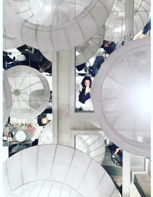 No podía faltar la típica foto en la que ve el reflejo de un mismo en el techo de espejos. :)